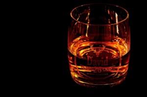 Whiskeyglas David im Dunkeln