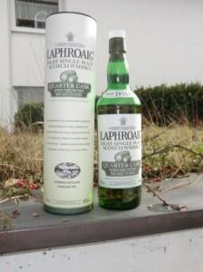 Eine Flasche Laphroaig Quarter Cask mit Verpackung