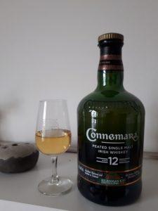 Eine Flasche Connemara 12 mit Glas