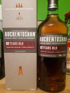 Ein Flasche Auchentoshan 12 mit Verpackung